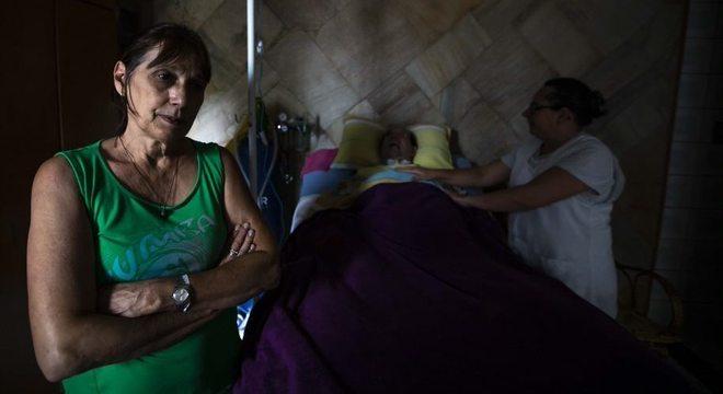 Sem luz, Susi Strodel Carvalho cuida do marido que depende de aparelhos
