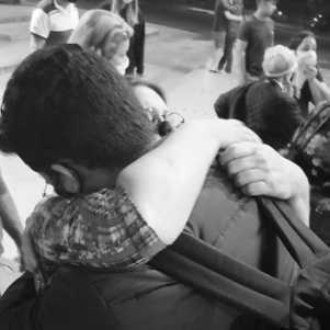 O abraço apertado na minha mãe pouco tempo antes de deixar o colo dela