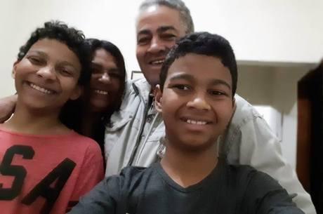 Miguel ao lado da mãe, irmão e pai