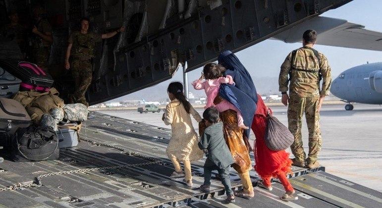 Prazo para retirada de pessoas do Afeganistão está próximo do fim e operações são intensificadas