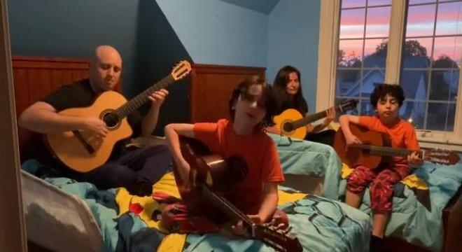 Os membros da família (e da banda) se reúnem em vários cômodos para tocar juntos