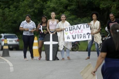 Ontem, moradores de Nova Lima (MG) fizeram protesto
