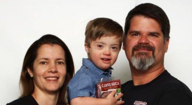 Adriana e Leonardo com o filho Oliver, de 3 anos