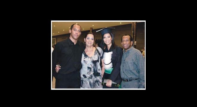 Família celebra a formatura de Juliana em Medicina pela UFMG, em 2010