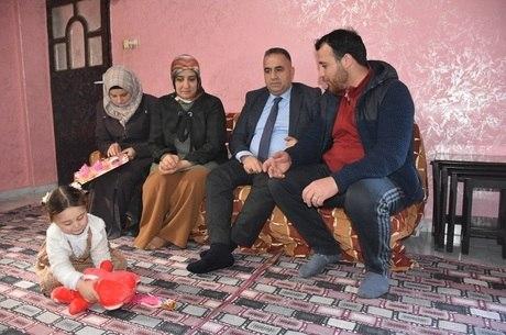 Já na Turquia, Sawa brinca com pelúcia no chão