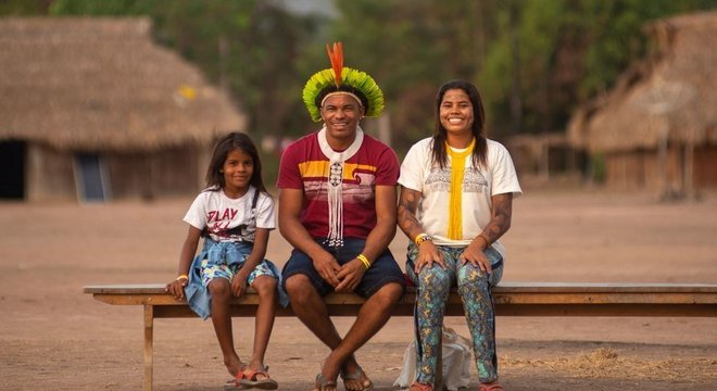 Giliarde Juruna com o filho Awãkayu (à esq.) e a filha Anita (ou Yakawilu)