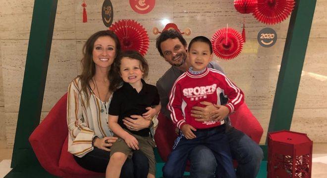 Casal foi até a China para adotar novo membro da família