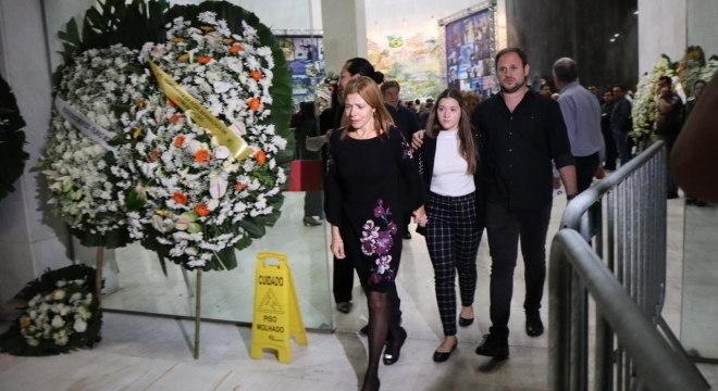Rose Miriam deixa velório de Gugu Liberato