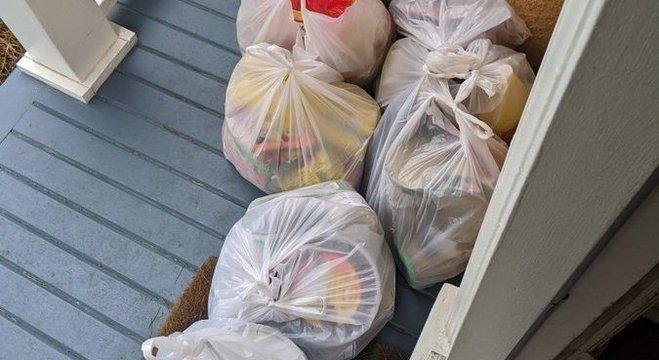 Refugiados deixaram comida na varanda da família