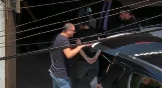 Anaflávia Gonçalves chega à casa da família pela primeira vez após o crime