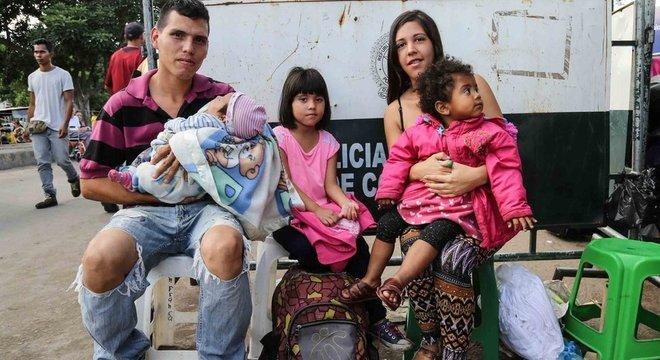 Laura e o marido contam que é difícil achar medicamentos na Venezuela. Por isso, precisam cruzar a fronteira em busca de insulina para a filha