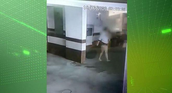 Jovem arrastou o saco de lixo com o bebê dentro até a lixeira do prédio