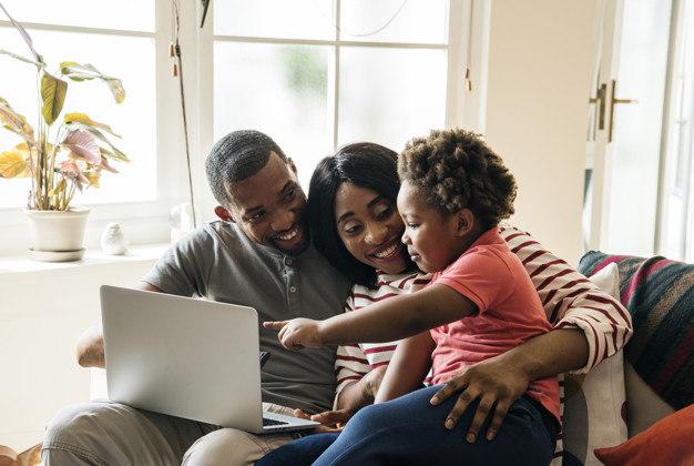 """Segundo Maria Homem, outra consequência positiva do isolamento social é a aproximação das famílias. """"Você está em maior conexão com seu filho, por exemplo. Com isso entende melhor o que ele pensa, como ele brinca e como ele aprende"""""""
