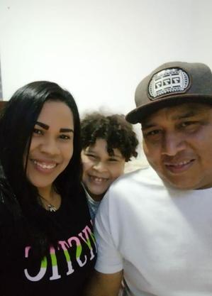 Kenia com o marido José Gregorio e o filho Josken, de 7 anos
