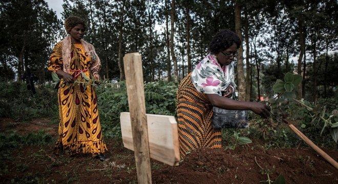 Familiares colocam plantas sobre o túmulo de um parente que morreu vítima de ebola em Butembo, no Congo