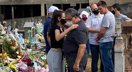 Inconsoladas, famílias enterram vítimas de ataque em creche