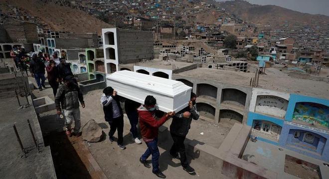 Parentes enterram familiar vítima da covid em cemitério de Lima, no Peru