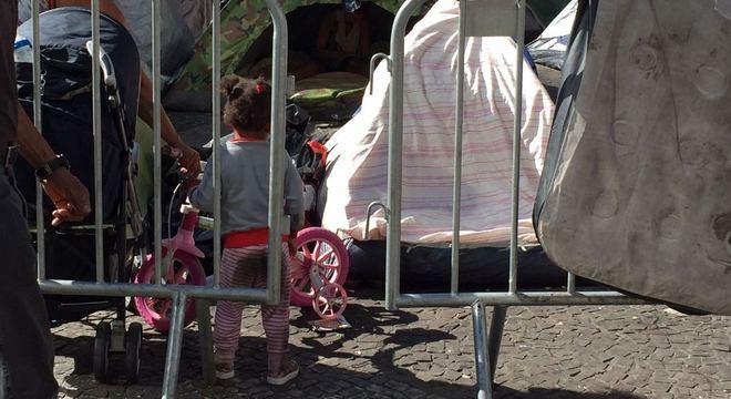 Segundo moradores acampados, são 123 crianças na praça
