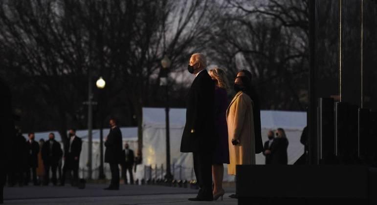 Famílias de Biden e Kamala homenageiam vítimas da covid-19