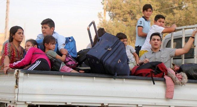 Ativistas dizem que dezenas de milhares de pessoas fugiram de cidades ao longo da fronteira entre a Síria e a Turquia