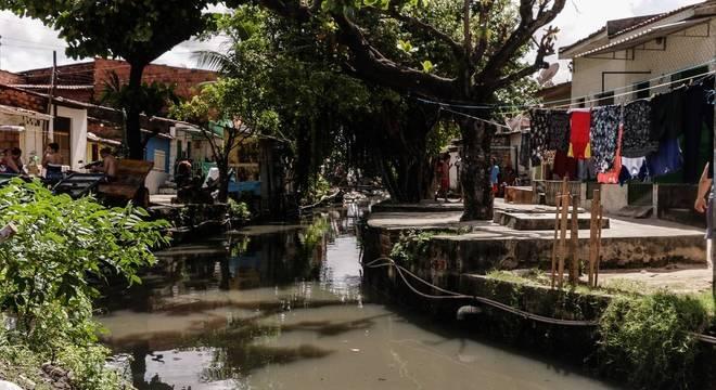 Famílias moram ao lado de córrego em Maceió (AL). Projeto cria regras para saneamento