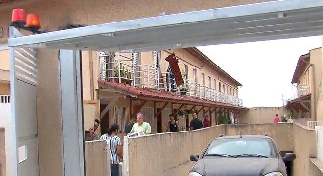 Moradores tiveram de deixar 24 casas de um condomínio por risco de desabar