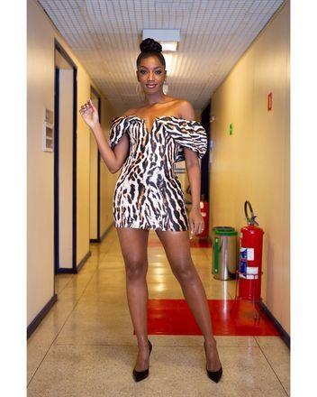 Iza dando uma verdadeira aula de elegância e estilo com um vestido animal printVeja também:Anitta curte dia de praia com maiô de oncinha fio dental