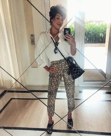 Fernanda Paes Leme mesclou a ousadia de uma calça em animal print com a sobriedade de uma camisa branca para um look equilibrado - e lindo!