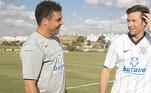 Em 2009, Hugh Jackman foi assistir a um treino do Timão e recebeu uma camisa das mãos de Ronaldo Fenômeno