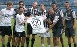 A banda inglesa Coldplay foi ao CT do Corinthians em 2010 e ganhou camisas e bermudas do time alvinegro