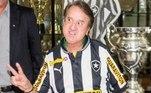 Consagrado como 'Quico', do seriado Chaves, o ator Carlos Villagrán posou com a camisa do Botafogo durante visita em General Severiano