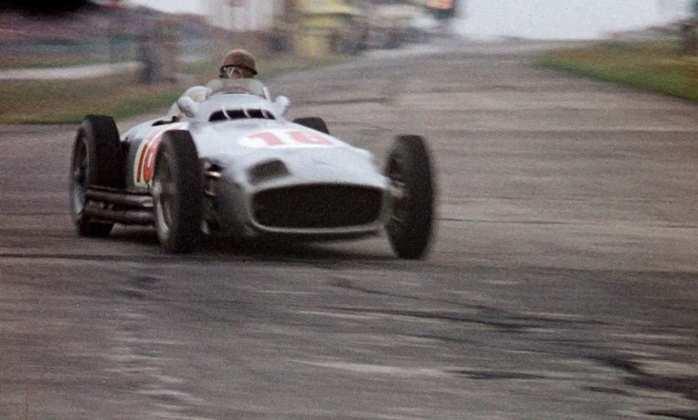 Fangio, olha ele aí de novo, assumiu o recorde de mais vitórias na Fórmula 1 ao conquistar o GP da Argentina, na frente dos compatriotas. Ele chegaria ao total de 24 triunfos na categoria