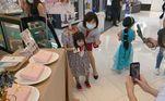 Seu pai,Stoprain Wang, compartilhou nas redes as fotos de sua filha vestida como se estivesse decapitada e carregando a própria cabeça