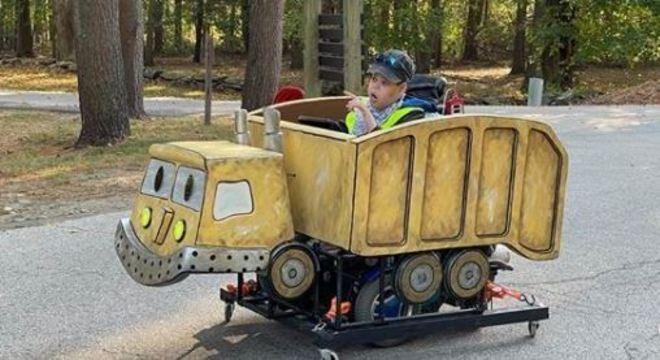 Menino poderá usar esta fantasia adaptável com a cadeira de rodas
