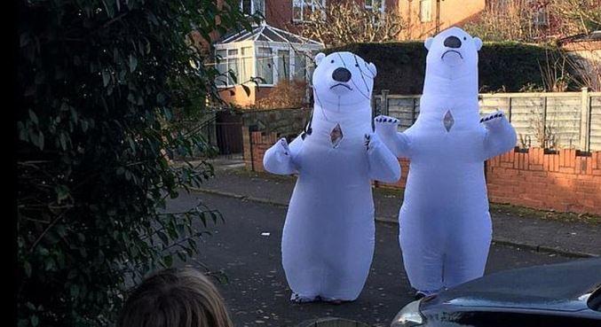 Avós foram visitar os netos com roupas infláveis para poder abraçá-los