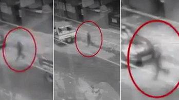 Fantasma atravessa rua e até passa por dentro de carros (Reprodução/YouTube/WWE)