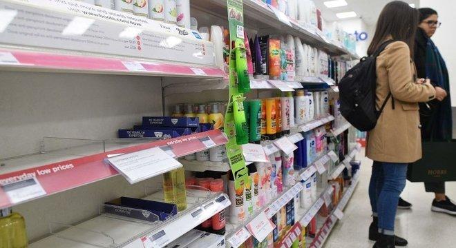 A demanda por álcool em gel disparou em todo o mundo. Em países como o Reino Unido algumas farmácias anunciaram que estão racionando as vendas desses produtos