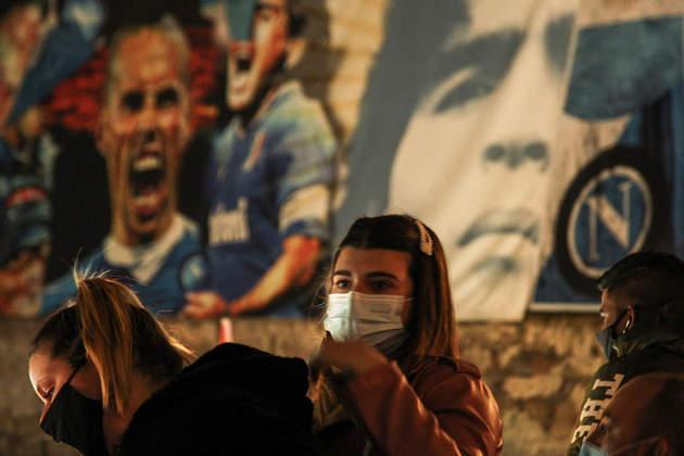 Fãs de Maradona se reuniram no bairro Quartieri Spagnoli, em Nápoles, para homenagear Maradona.
