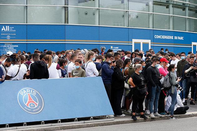 Fãs do Paris Saint-Germain aguardam possível chegada do novo ídolo do clube