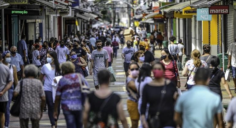 Movimento intenso em São José dos Campos, interior de SP, durante fase emergencial