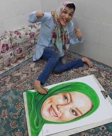 Fatemeh começou a mostrar seu talento para a arte ainda no ensino médio, quando ganhou a ajuda de dois professores para se aperfeiçoar. Hoje, ela usa um dos pés para pintar, principalmente, retratos