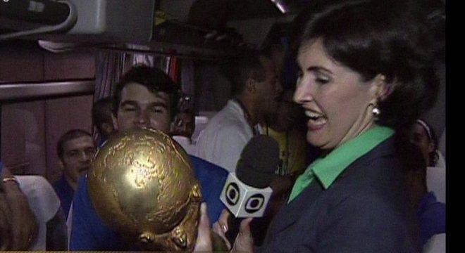 Fátima Bernardes com a Copa, no ônibus da Seleção. Privilégios eram sem limite