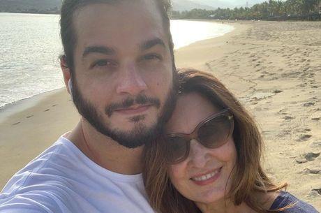 Fátima e Tulio caminharam na praia