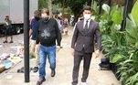 O apresentador estava usando máscara, proteção contra o novo coronavírus, e acompanhado de dois seguranças