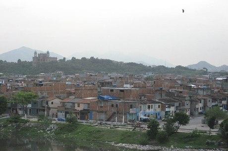 Favela da Maré com o prédio da Fiocruz ao fundo