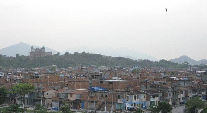 Vista da Favela da Maré com o prédio da Firocruz ao fundo: atenção aos moradores