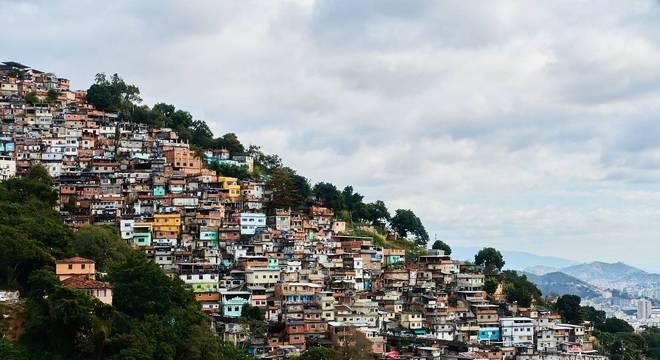 Áreas específicas como favelas e regiões de fronteira são destacadas na medida
