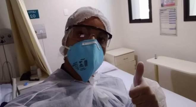 Faxineira de hospital Tatiana Silva avalia como incoerente o discurso de Jair Bolsonaro de que isolamento deveria ser flexibilizado.