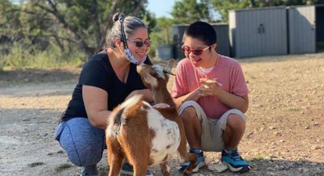 Crianças e animais se juntam para ajudarem uns aos outros