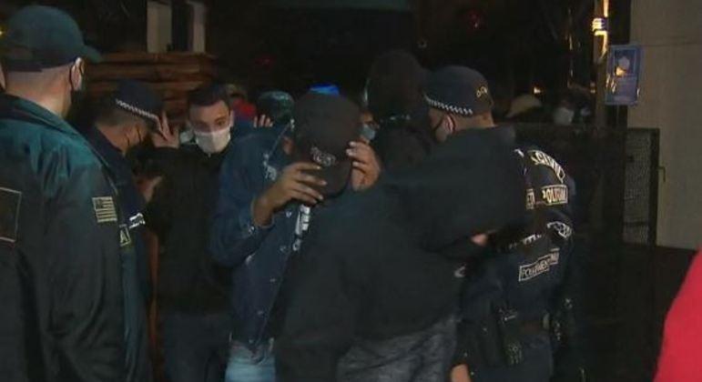 Polícia fecha balada clandestina com 300 pessoas na zona leste de SP
